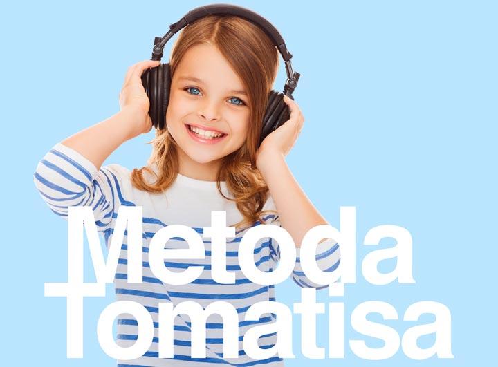 Terapia słuchowa metodą Tomatisa. Dziewczynka ze słuchawkami na uszach