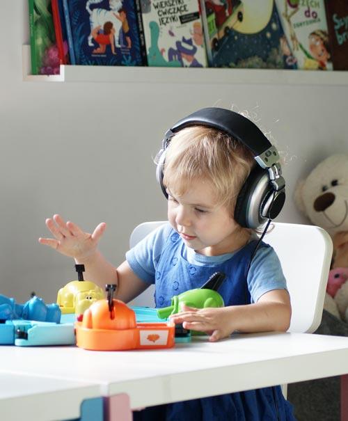 Dziecko w trakcie terapii Tomatisa słucha muzyki na Uchu Elektronicznym