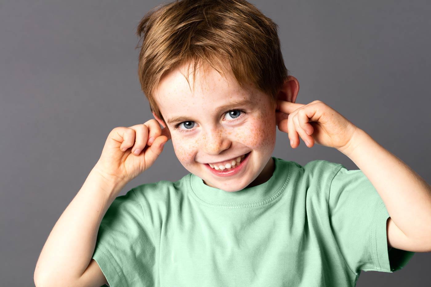Uwaga słuchowa - chłopiec zatykający sobie uszy