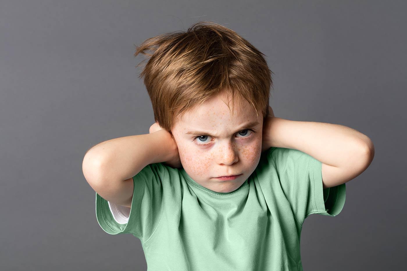 Chłopiec z zaburzeniami uwagi słuchowej